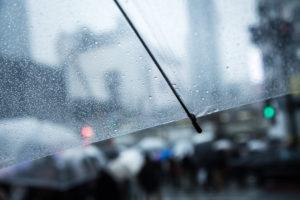 梅雨のだるさや憂うつな気分は、なぜ?